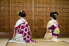 220px-Maiko_and_geisha_back