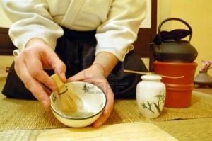 4742545-outils-utilises-pour-la-ceremonie-du-the-japonais-chado--une-brosse-faite-de-bambou-et-d-39-une-tass