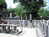 200px-Sengakuji_47_ronin_graves