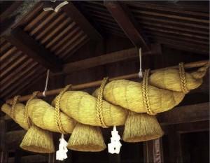 shinto_tempel_11_shimenawa_gevlochten_rijststrengen_www_asiarice_org
